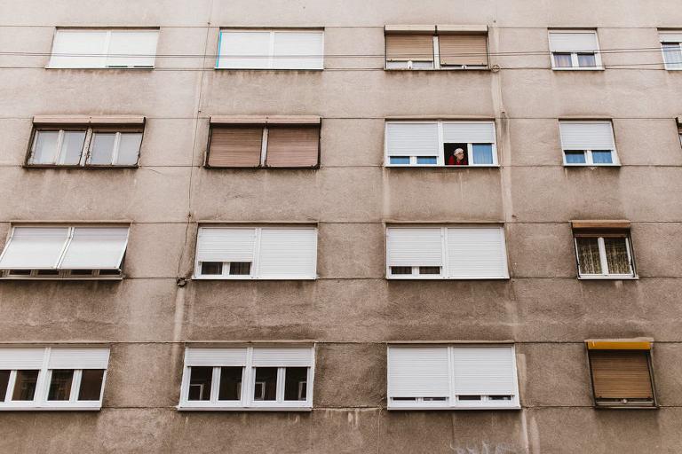 zagreb ulica baka gleda kroz prozor